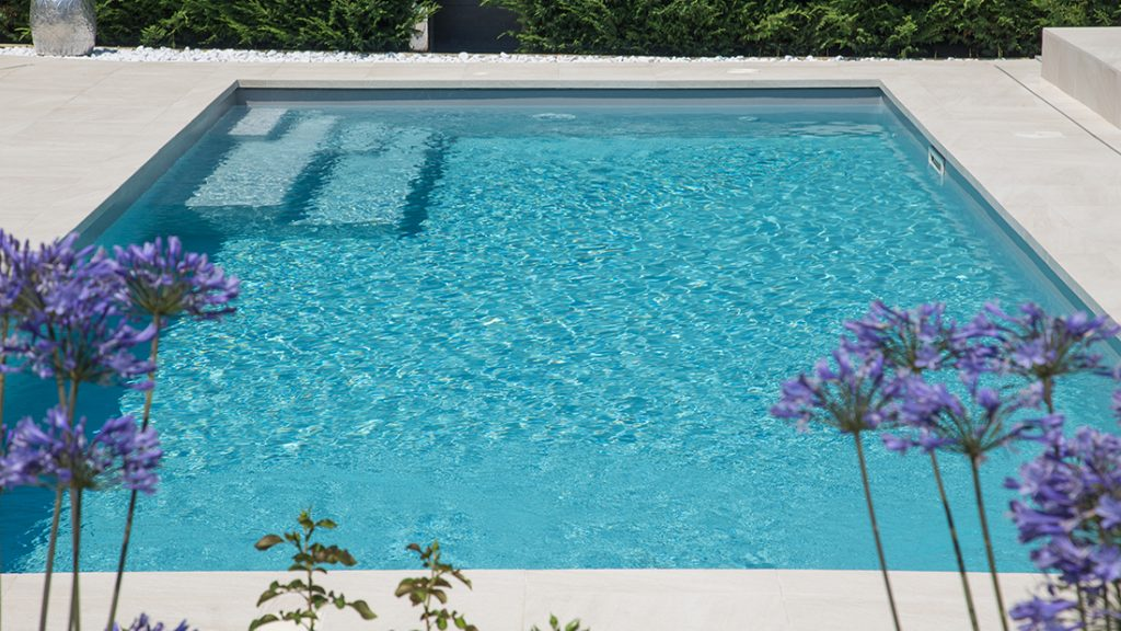 Zwembad afgewerkt met lichtgrijze folie RENOLIT ALKORPLAN 2000