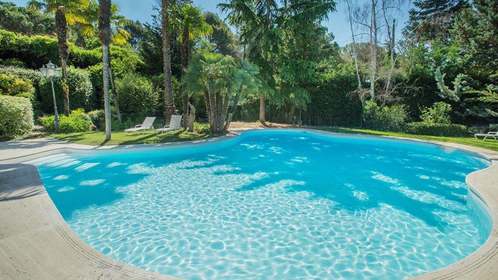 Zwembad afgewerkt met witte folie RENOLIT ALKORPLAN 2000