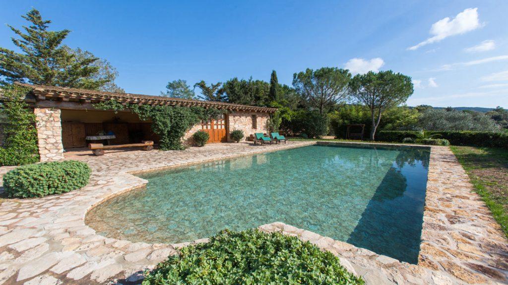 """Sfeerbeeld van een rechthoekig buitenzwembad met instapnis, afgewerkt met folie Alkorplan Touch textuur """"Authentic""""."""