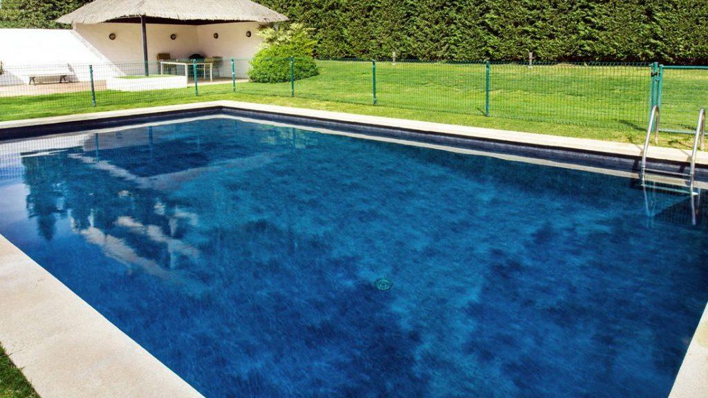 """Sfeerbeeld van een rechthoekig buitenzwembad met trap, afgewerkt met folie Alkorplan Touch textuur """"Elegance"""""""