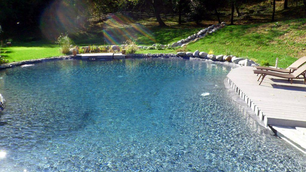 """Sfeerbeeld van een buitenzwembad met instapnis en plage, afgewerkt met folie Alkorplan Touch textuur """"Elegance"""""""