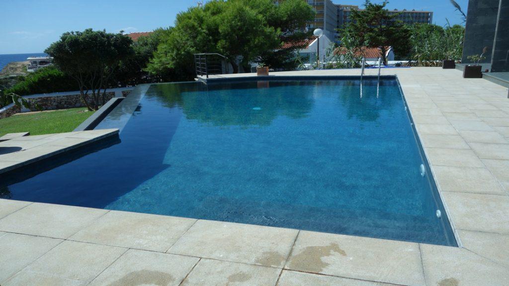 """Sfeerbeeld van een buitenzwembad met niveau verschil, afgewerkt met folie Alkorplan Touch textuur """"Elegance"""""""