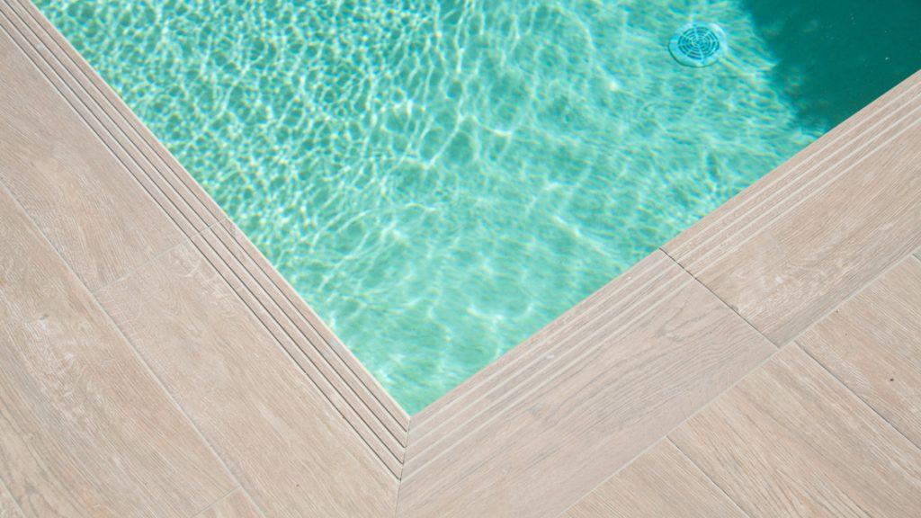 """Sfeerbeeld van een buitenzwembad, afgewerkt met folie Alkorplan Touch textuur """"Relax"""""""