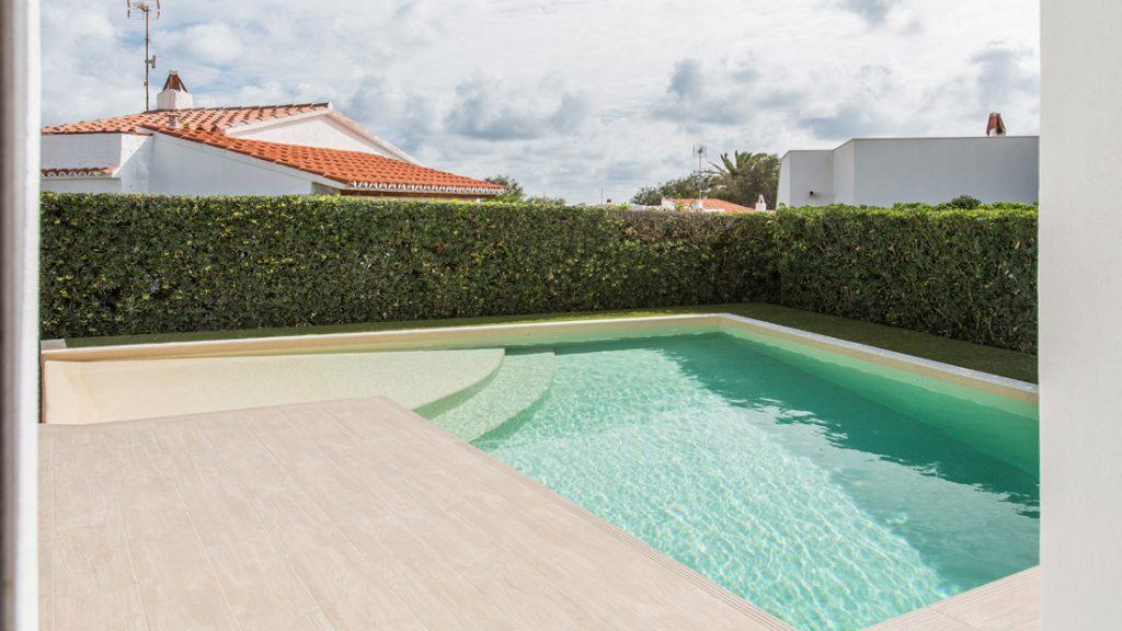 """Sfeerbeeld van een buitenzwembad met half verzonken trap, afgewerkt met folie Alkorplan Touch textuur """"Relax"""""""