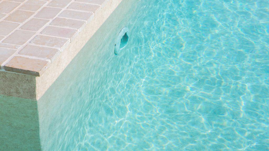 """Sfeerbeeld van een buitenzwembad, afgewerkt met folie Alkorplan Touch textuur """"Sublime"""""""
