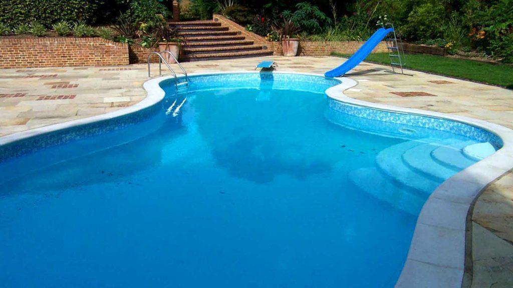 Zwembad afgewerkt met byzantijns blauwe folie RENOLIT ALKORPLAN 3000