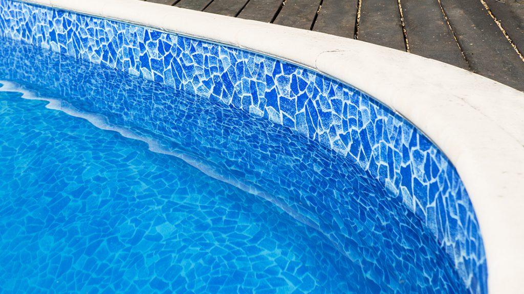 Zwembad afgewerkt met carrara blauwe folie RENOLIT ALKORPLAN 3000