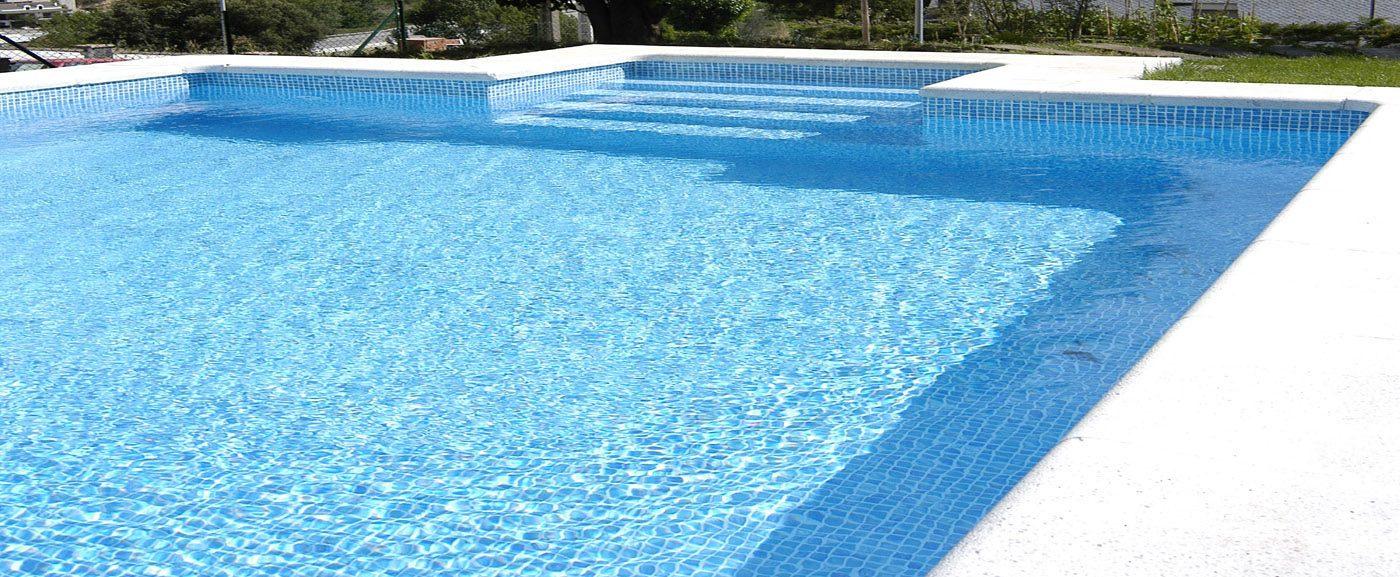 Zwembad afgewerkt met mozaiek blauwe folie RENOLIT ALKORPLAN 3000