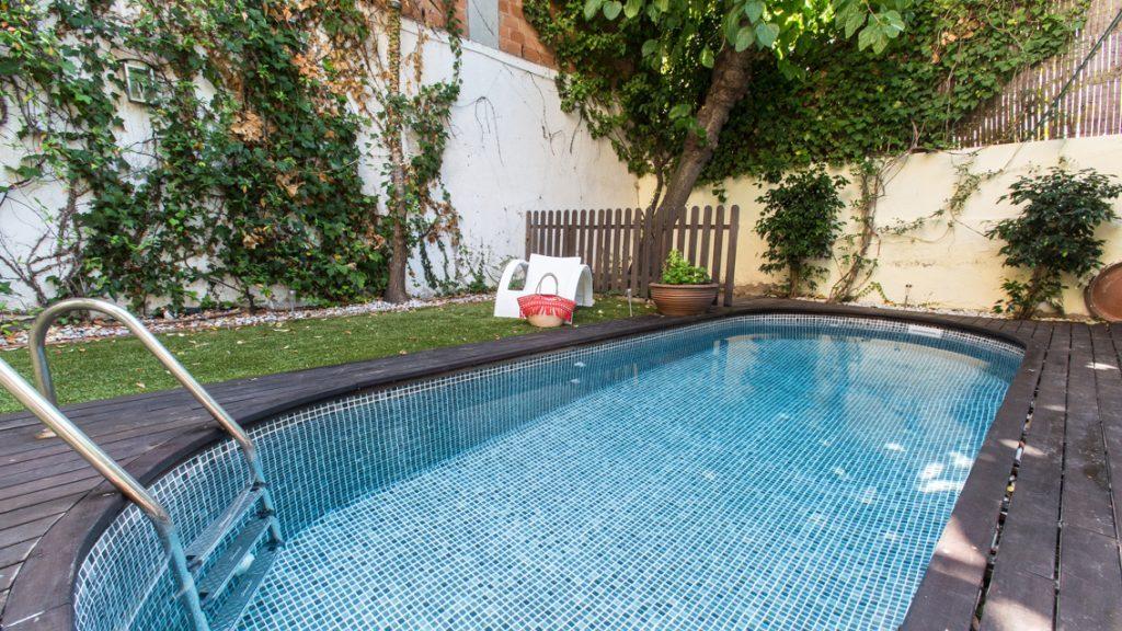 Zwembad afgewerkt met perzisch zwartkleurige folie RENOLIT ALKORPLAN 3000