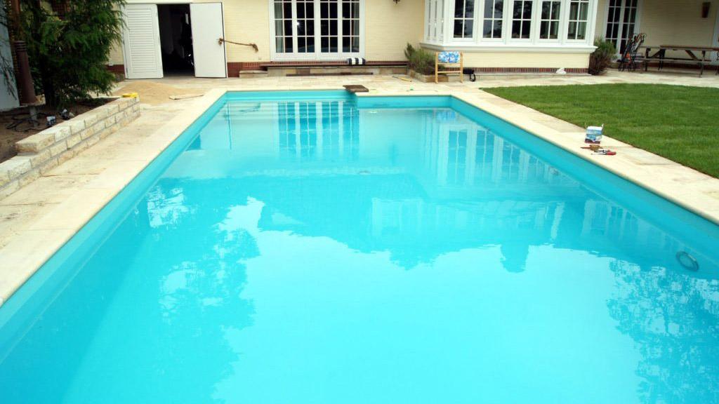 Zwembad afgewerkt met caraibisch groene folie RENOLIT ALKORPLAN 2000