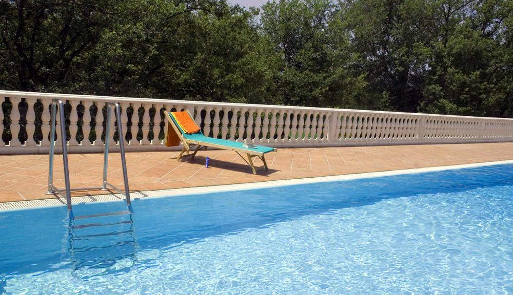 Zwembad afgewerkt met lichtblauwe folie RENOLIT ALKORPLAN 2000