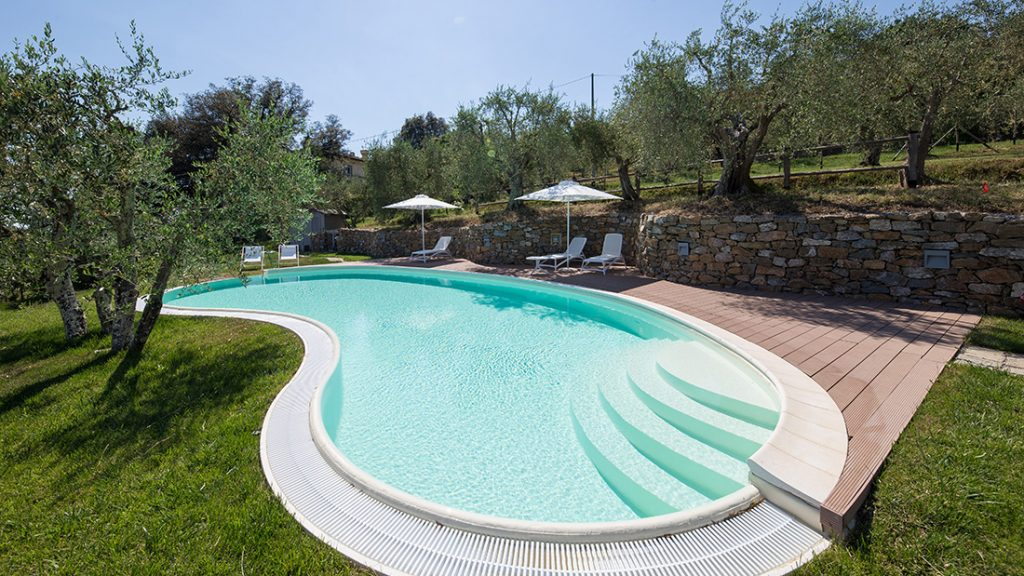 Zwembad afgewerkt met zandkleurige folie RENOLIT ALKORPLAN 2000