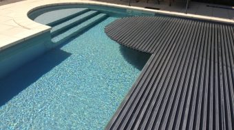 dm zwembaden | afdekking zwembad met lamellen t-and-a | sfeerbeeld 1